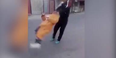Mann schleudert alte Frau durch die Luft