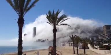 Mysteriöser Geister-Nebel über spanischem Strand