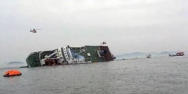 Schiff mit 500 Menschen sinkt