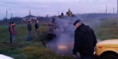 Zivilisten versuchen Panzer aufzuhalten