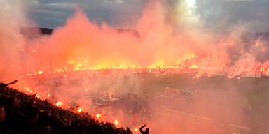 Ein Stadion versinkt in Pyrotechnik