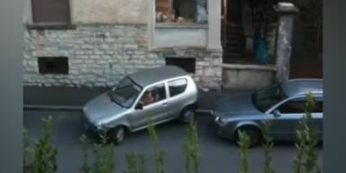 Alte Frau kann Auto überhaupt nicht parken