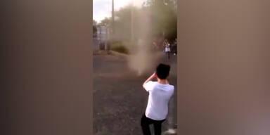 Staubteufel wirbelt über Spielplatz