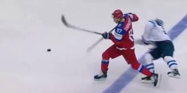 Vadim Shipachyov rammt Pekka Jormakka hart
