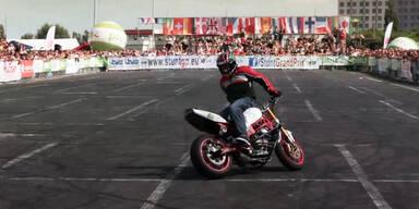 Motorradfahrer zeigt extreme Stunts