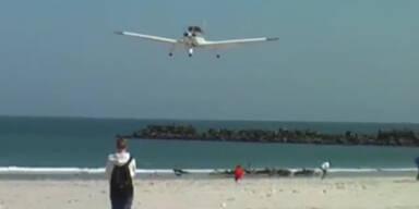 Flugzeug landet beinahe auf Mann