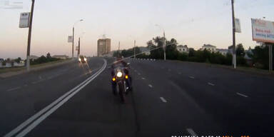 Unglaublicher Crash mit Motorradfahrer