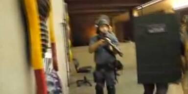 Polizei geht mit Schlagstöcken auf Demonstranten los