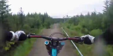 Mountainbiker rast wildes Gelände hinunter