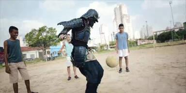 Samurai dribbelt Fußball