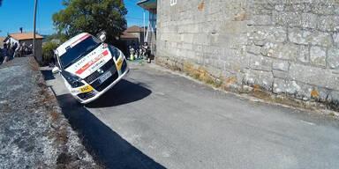 Rallye-Auto kurz vor dem Abheben