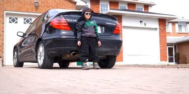 Kleiner Bub nimmt Hip-Hop Lied auf
