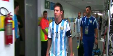 Messi ignoriert kleines Kind