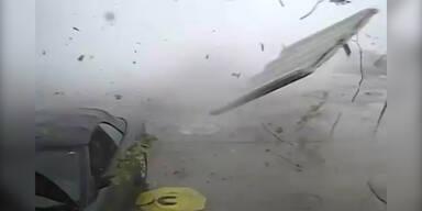 Tornado fegt über Tankstelle