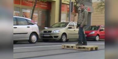 Skater fährt auf Schienen
