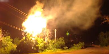 Brennender Baum trifft Stromleitung