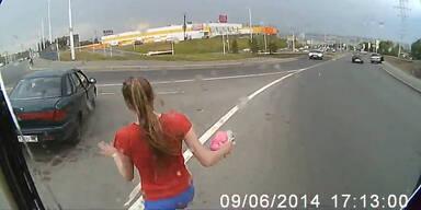 Frau läuft vor fahrendes Auto