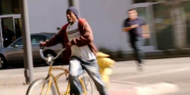 Mann stiehlt Fahrrad vor laufender Kamera