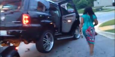 Frau zerstört ihr eigenes Auto