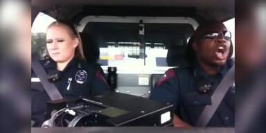 USA-Cops singen im Dienst