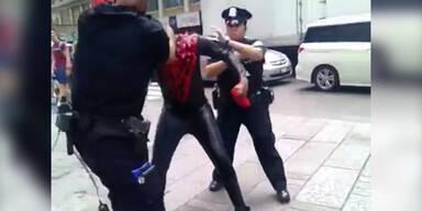 Polizisten prügeln sich mit Spiderman