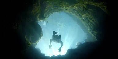 Irre springen in 46 Meter tiefes Wasserloch