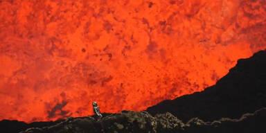 Mann steigt in Vulkankrater
