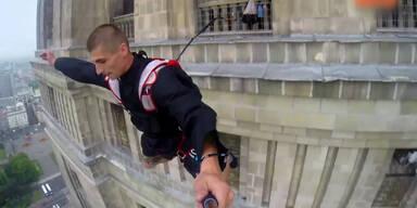Priester springen von Wolkenkratzer