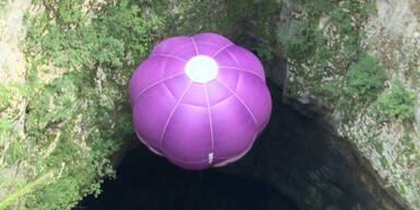 Heißluftballon fliegt in Höhle