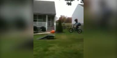 Junger Biker springt über Rampe