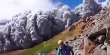 Wanderer filmt Vulkanausbruch