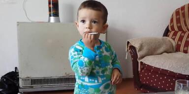 Eltern filmen Kind beim Rauchen