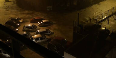 Regenfluten spülen Autos davon