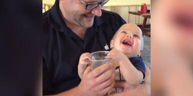Baby hat Freude am Trinken
