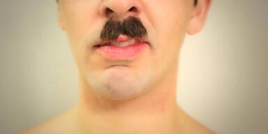 Mann ist traurig über Verlust von Bart
