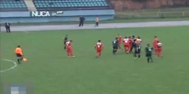 Keeper attackiert Schiedsrichter