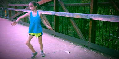 Mädchen tanzt perfekt zu Dubstep