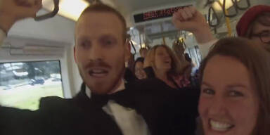 Menschen im Zug beginnen zu tanzen
