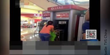 Frau bricht Bankomat auf