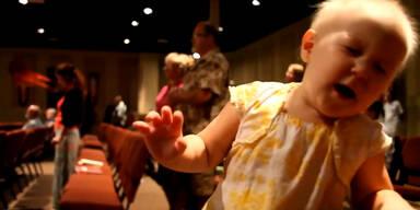 Baby steht auf Kirchen-Musik