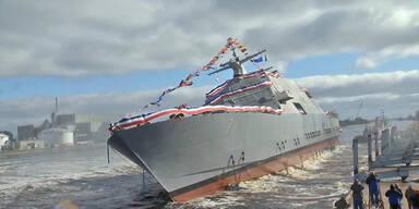 Kriegsschiff kippt beihnahe um