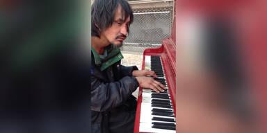 Obdachloser spielt großartig Piano
