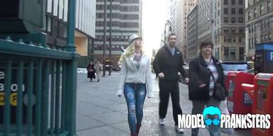 Frau geht ohne Hose auf die Straße