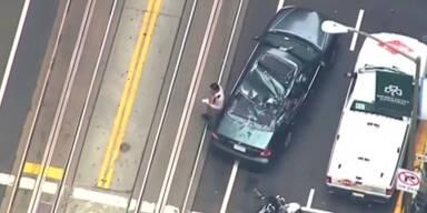 Fensterputzer stürzt auf Auto
