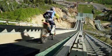 Motocrosser springt von Skiflugschanze