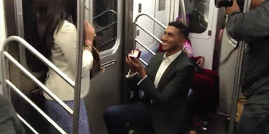 Unerwarteter Heiratsantrag in der U-Bahn