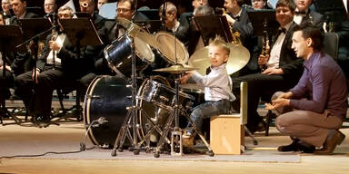 Drei Jahre alter Bub als Schlagzeuger