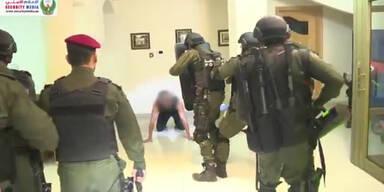 Schwerbewaffnete Polizisten nehmen die Terroristin fest