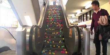 Eine Rolltreppe voller Bälle