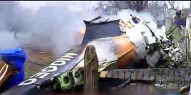 Flugzeug stürzt auf Wohnhaus - 6 Tote